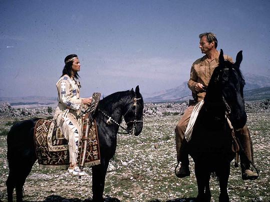 Hlavních rolí Vinnetoua a Old Shatterhanda se ujali Francouz Pierre Brice (✝86) a Američan Lex Barker (✝54).