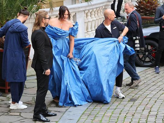 Filip Vaněk šaty nevybíral. Jen se snažil herečce pomoct vměstnat se do limuzíny, která ji odvezla od Grandhotelu Pupp k hotelu Thermal.