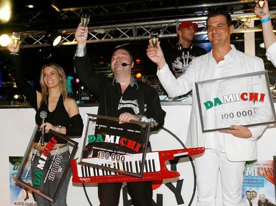 Davide se v Česku proslavil v pěveckém triu DaMiChi.