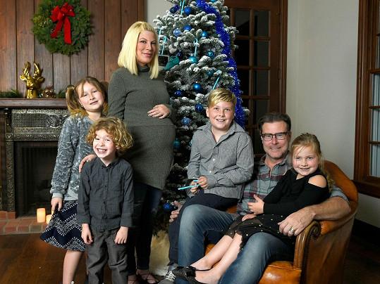 Tori Spelling se svou početnou rodinkou, která se v březnu ještě rozrostla.