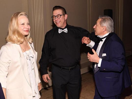 Když se Hailey rozhodla za Biebera vdát, rodičům Stephenovi (uprostřed) a Kennye volala o radu.
