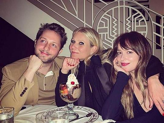 Gwyneth se přátelí s Chrisovou současnou přítelkyní Dakotou Johnson.