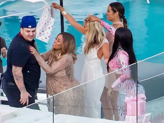 Rob Kardashian s Blac Chynou a přáteli na jejich baby shower...