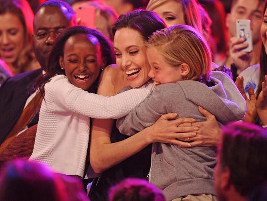 Angelina se svými dcerami Shiloh a Zaharou