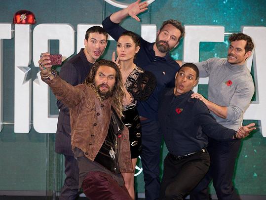 Superhrdinové v civilu si udělali společnou selfie.