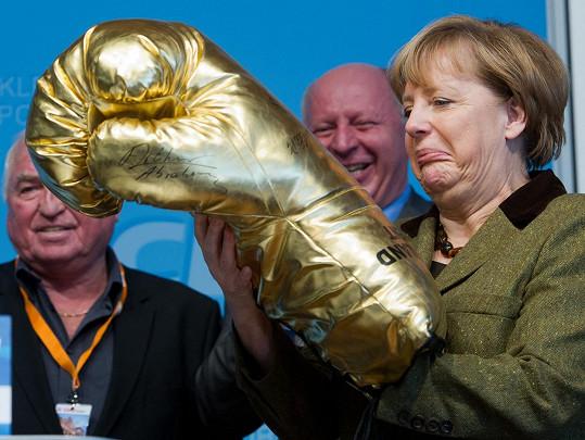 Reakce na dárek v podobě obří boxerské rukavice. Že by zbraň na politické protivníky?