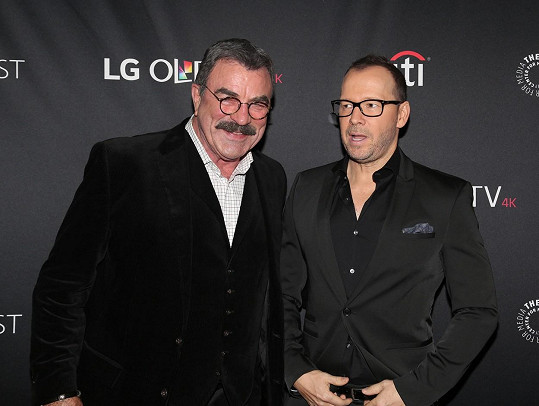 Selleck se svým seriálovým synem Donniem Wahlbergem (vpravo), jenž mu veřejně poděkoval za štědrost.