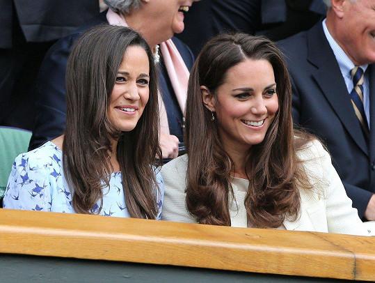 Pippa Middleton a její slavnější sestra Kate (vpravo)