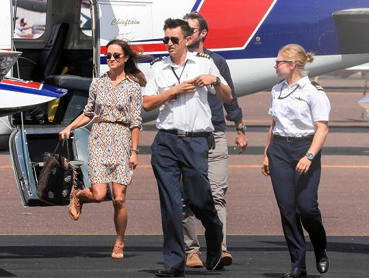 Manželé právě vystupují z letadla v Darwinu poté, co strávili tři dny uprostřed divočiny.