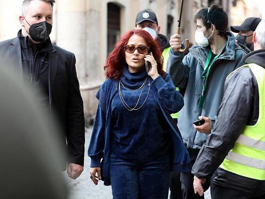 V Římě se na natáčení prochází v červených vlasech.
