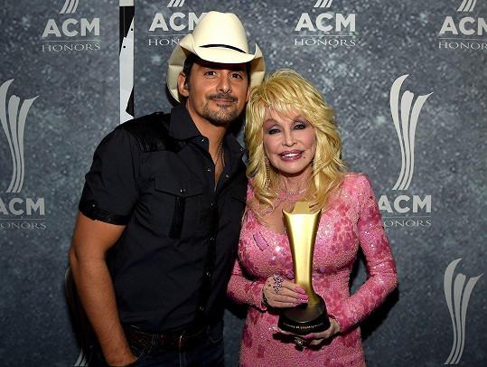 Na ceremoniálu se Dolly Parton setkala se zpěvákem Bradem Paisleym.