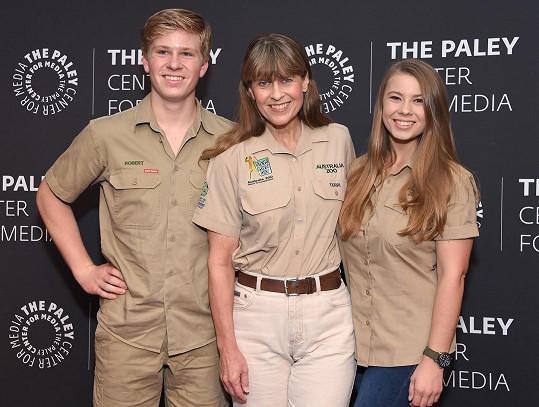 Bindi se svou matkou Terri a bratrem Robertem, kteří pokračují v práci Steva, stejně jako přiženěný Powell.
