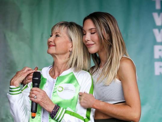 Chloe s maminkou Oliviou Newton-John, která je na dceru pyšná. I své fanoušky vyzvala, aby ji v soutěži sledovali.