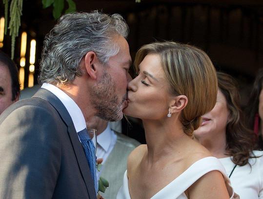 Jeden z prvních novomanželských polibků Joanny a Douglase.