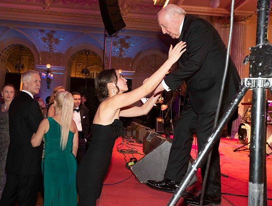 Přišla ho podpořit na ples.