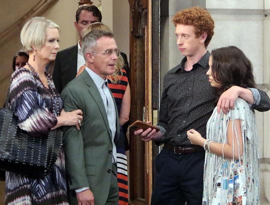 Postava Bradyho (vpravo) se objeví i v pokračování seriálu s názvem And Just Like That. Na snímku se seriálovými rodiči Mirandou (Cynthia Nixon) a Stevem (David Eigenberg)