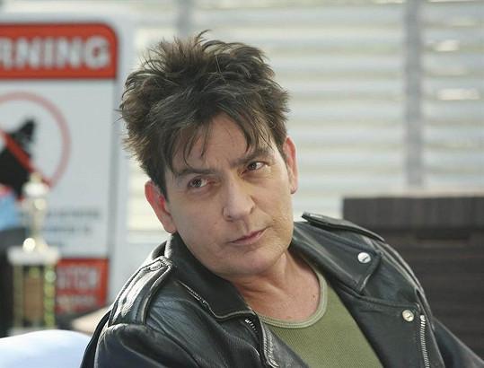 Charlie Sheen měl šírit virus HIV.