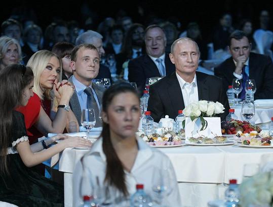 Herečku v roce 2010 vyfotili u jednoho stolu s Vladimirem Putinem.