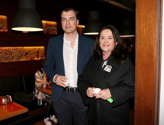 Hana Gregorová a Ondřej Koptík vypadají spokojeně. Ondřej si svou partnerku vyzvedl ze společenské akce.