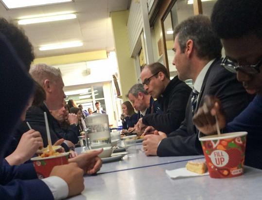 Princ sdílel stůl s posádkou vrtulníku, několika učiteli a studenty.