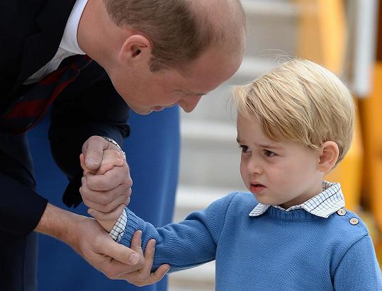 Princ George byl zpočátku nesvůj, ale tatínek ho povzbudil.