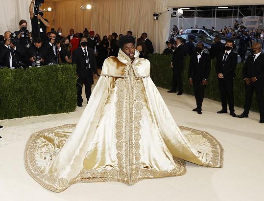 Zpěváka s přezdívkou Lil Nas X oblékla značka Versace.