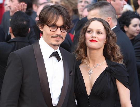Johnny Depp spatřil záda Vanessy Paradis a bylo vymalováno.