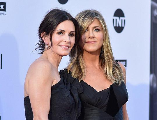 Jennifer (seriálová Rachel) a Courteney (seriálová Monica) snad vůbec nestárnou.