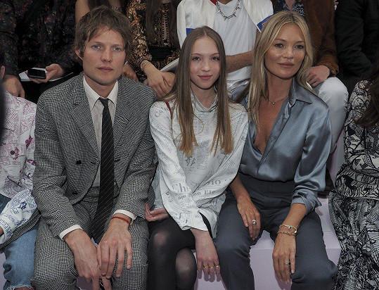 Kate Moss s přítelem a dcerou na přehlídce v Paříži.