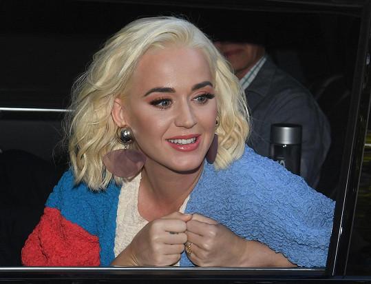 Katy Perry vystoupila v Austrálii na ženském finále světového poháru v kriketu.