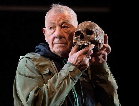Britská legenda je proslulá shakespearovskými rolemi. Aktuálně je v Theatre Royal k vidění jako králevic dánský.
