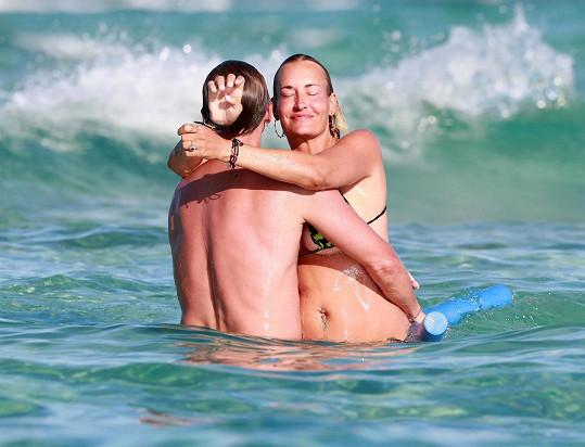 Sarah Connor řádila ve vlnách s manželem.