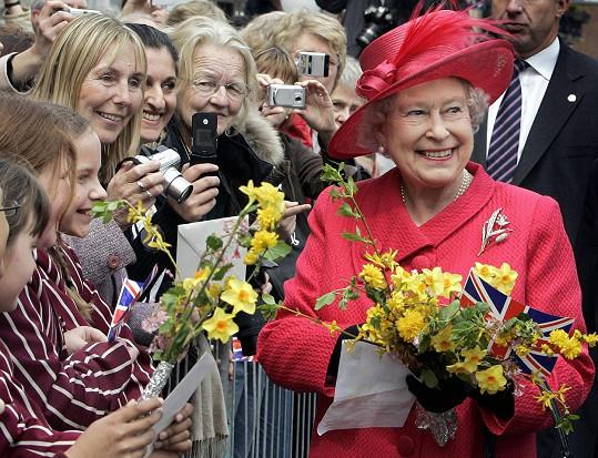 Královna dostává 200 - 300 dopisů od svého lidu denně. Kontakt s poddanými byl pro ni vždy důležitý.