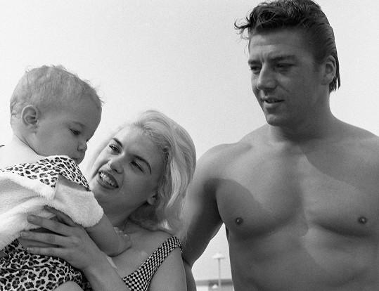 Jayne s jedním ze svých pěti dětí a druhým manželem Mickeym Hargitayem