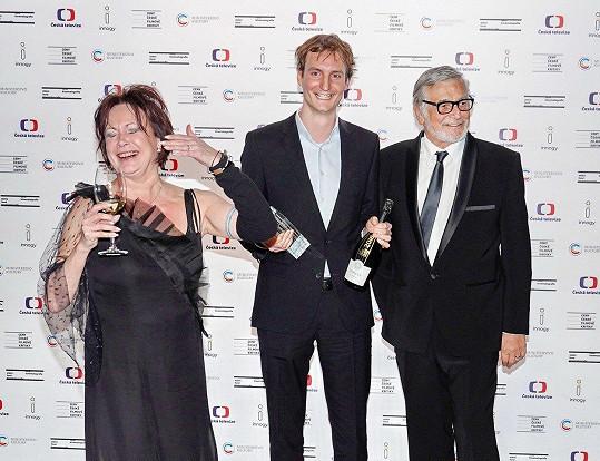 Olmo Omerzu získal cenu pro nejlepšího režiséra. Na fotce je s Ilonou Svobodovou a Jiřím Bartoškou.