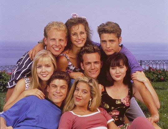 Gabrielle Carteris (nahoře) s kolegy ze seriálu Beverly Hills 90210
