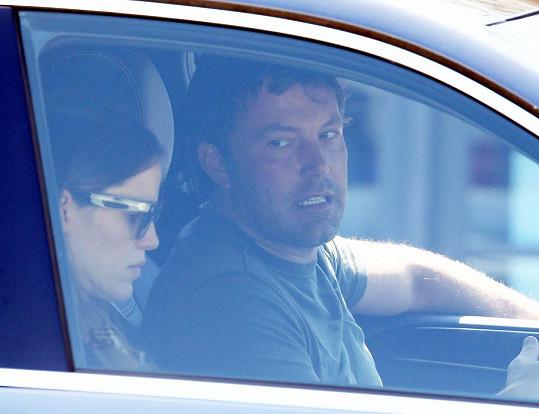 Garner dostala naloženo ještě v autě.
