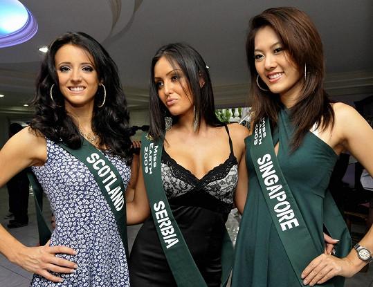 Na soutěži Miss Earth s dívkami ze Skotska a Singapuru v roce 2009