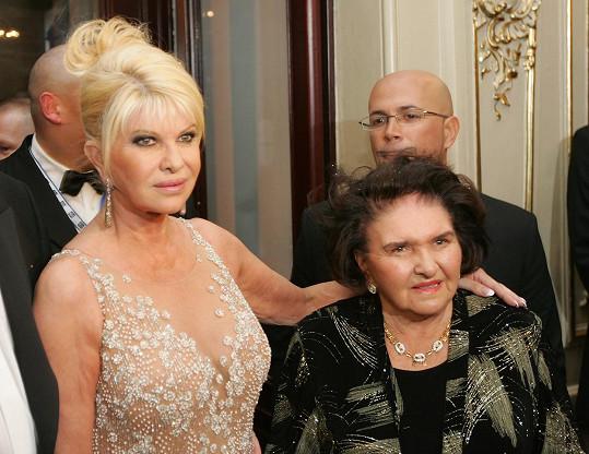 Marie Zelníčková (vpravo) s dcerou Ivanou. Dnes je paní Marii devadesát let a Donaldovi pořád fandí.