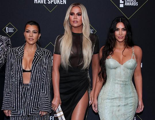 Slavné sestry Kardashianovy provokovaly svými dekolty. Zleva: Kourtney, Khloé, Kim