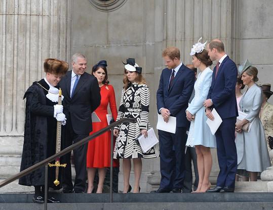 Princezny Eugenie a Beatrice (druhá a třetí zleva) postávaly v ústraní.