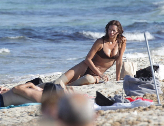 Modelka si vyrazila na pláž s přáteli.