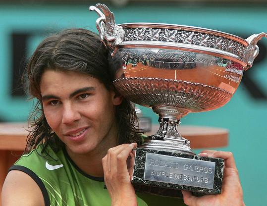 Rafael Nadal v roce 2005, kdy vyhrál French Open. Tehdy si na dlouhé vlasy potrpěl.