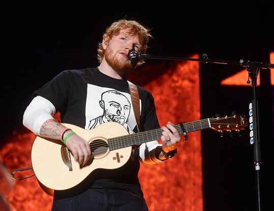 Těžko věřit, že Ed Sheeran dřív neměl kam složit hlavu. Dnes si může koupit, co chce.