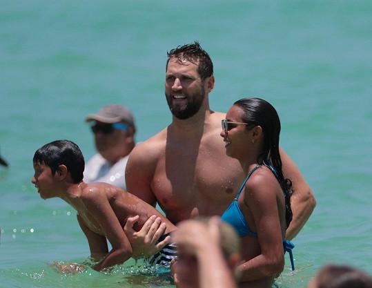 Modelka si vln užívala s přítelem Jaredem a synem Alexandrem