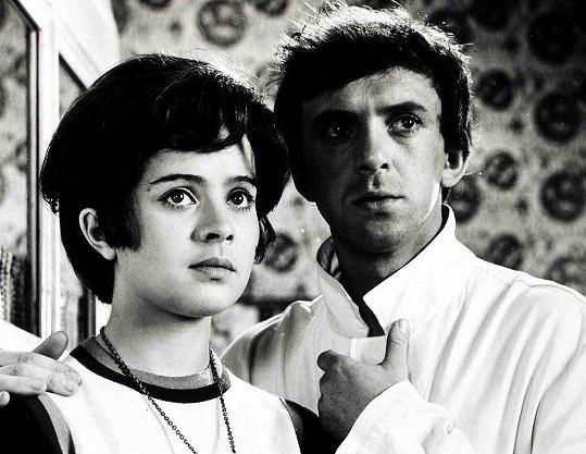 Libuška Šafránková a Jaromír Hanzlík v komedii Jak utopit Dr. Mráčka aneb Konec vodníků v Čechách (1974)