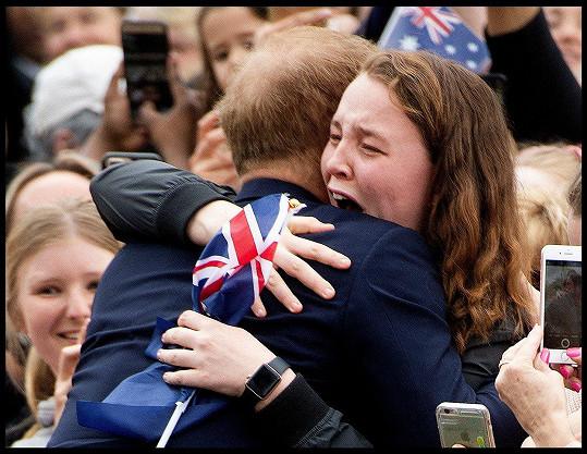Harry v Austrálii objal fanynku.
