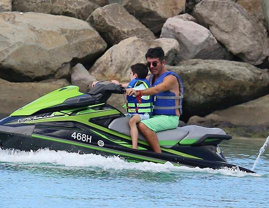 Simon Cowell se synem Erikem. Po srpnové nehodě už je obávaný porotce zase v dobré fyzické kondici.