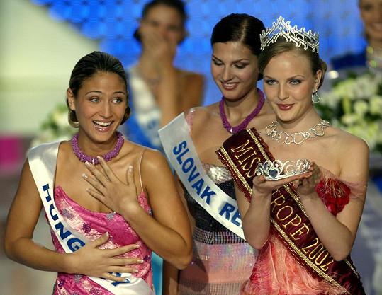 Miroslava Luberdová na mezinárodní soutěži Miss Europe 2003 (uprostřed)