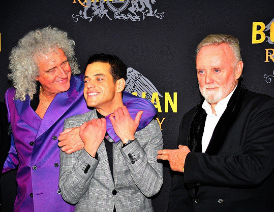 Rami s Brianem Mayem (vlevo) a Rogerem Taylorem (vpravo) z kapely Queen